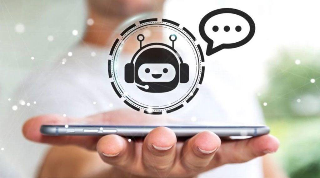 Foto de um homem com um celular deitado na mão, e um círculo acima do celular com o símbolo de um robô de call-center
